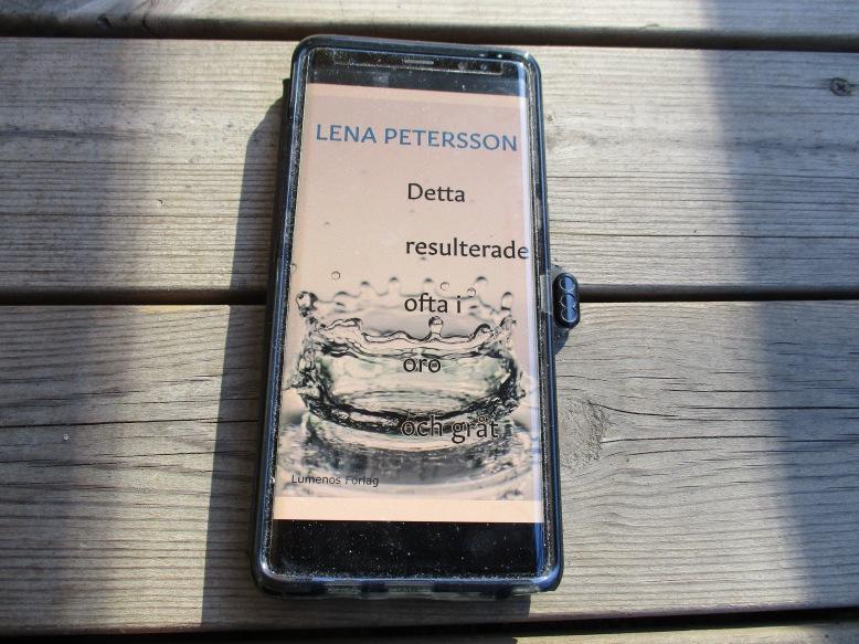 """E-boken """"Detta resulterade ofta i oro och gråt"""" öppnad i en mobiltelefon."""