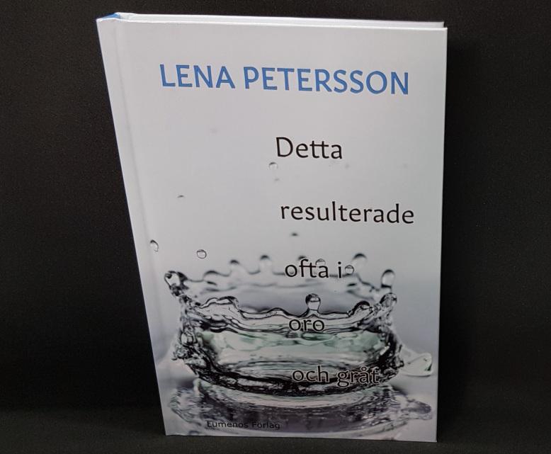 """""""Detta resulterade ofta i oro och gråt"""". Stående bok mot mörk bakgrund. Foto: Lena Petersson."""