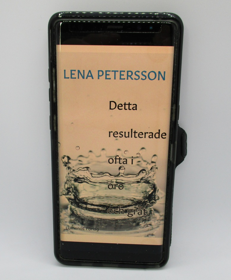 """E-boken """"Detta resulterade ofta i oro och gråt"""" öppnad i en mobiltelefon. Foto: Lena Petersson."""