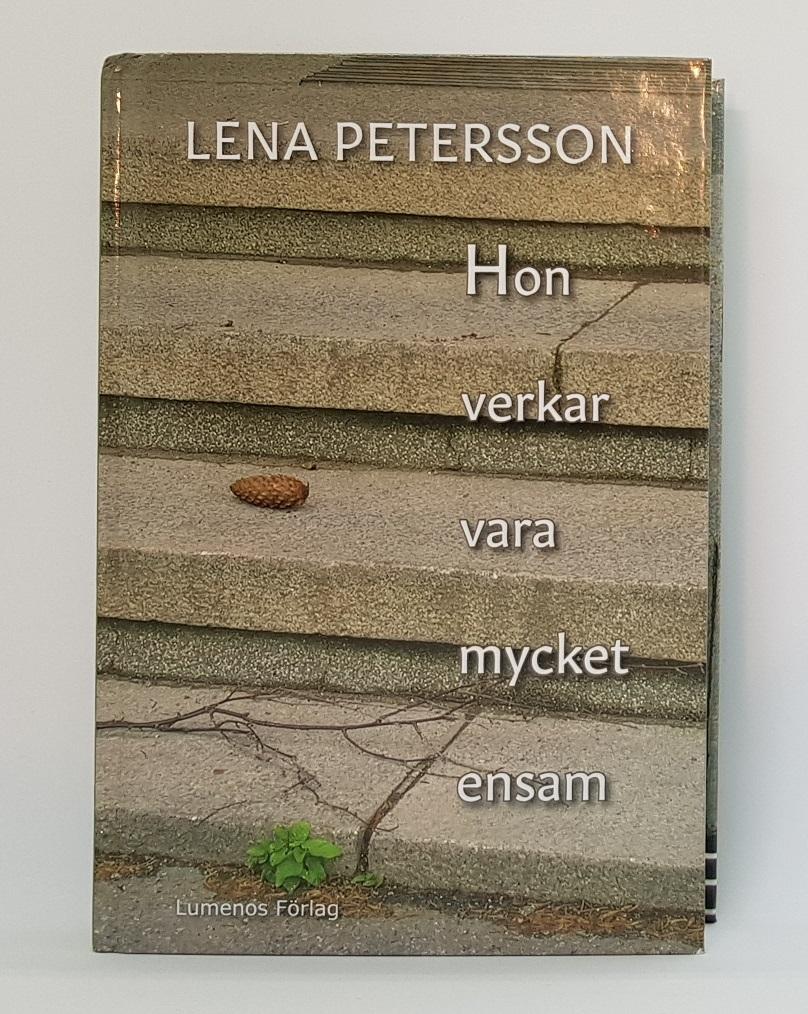 """""""Hon verkar vara mycket ensam"""". Stående bok. Foto: Lena Petersson."""