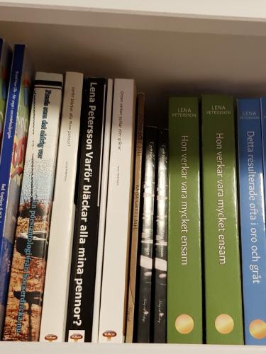 Antologier som Lena Petersson har medverkat i och böcker som hon har skrivit själv. Foto: Lena Petersson.